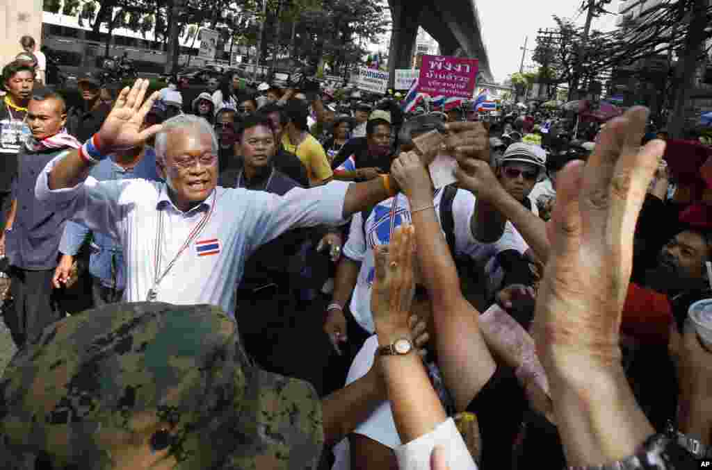 Anti-government protest leader Suthep Thaugsuban waves to supporters during a march through Bangkok, Feb. 3, 2014.