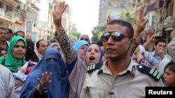 Thân nhân của những người ủng hộ Tổng thống bị lật đổ Mohamed Morsi phản ứng sau khi nghe phán quyết tại thành phố Minya, ngày 28/4/2014.