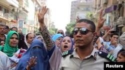 Les partisans du président déchu Mohamed Morsi observent un meeting après la condamnation de près de 700 membres des Frères musulmans, par le tribunal de Minya, le 28 avril, 2014