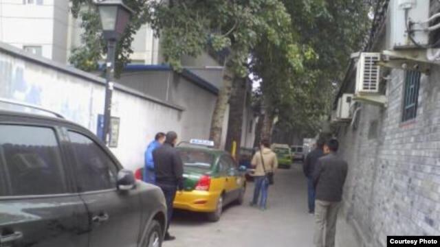 西方外交官进入倪玉兰住处后,不明身份人员仍在附近。(微博图片)