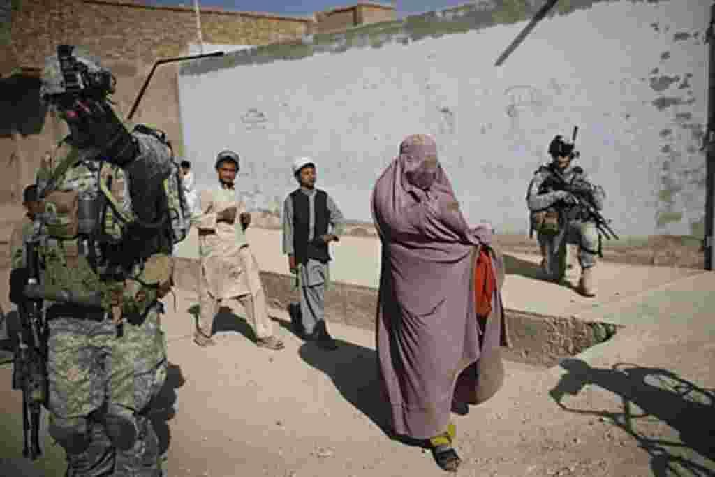 Cientos de afganos protestaron en las calles de Kabul, la capital, para pedir la retirada inmediata de las fuerzas internacionales que están en el país desde la invasión del 7 de octubre de 2001.