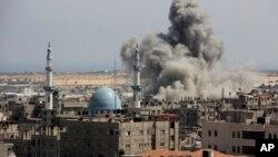 9일 가자지구에 남부에 이스라엘군이 공습을 가한 가운데 연기가 치솟고 있다.