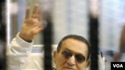 ອະດີດປະທານາທິບໍດີອີຈິບ ທ່ານ Hosni Mubarak ໄດ້ໄປປະ ກົດໂຕຢູ່ສານ ໃນນະຄອນຫຼວງໄຄໂຣ