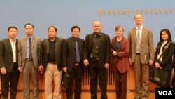 Senior officials from Cambodia's ruling and opposition parties and journalists from Cambodia paid a 5-day visit to Germany to strengthen tie between the two countries, from March 27 to March 31, 2017. (Kann Vicheika/VOA Khmer)