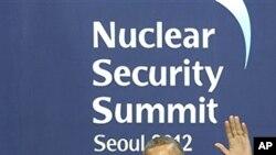 26일 서울 코엑스에서 열린 2012 서울 핵안보정상회의 환영행사에서 바락 오바마 미국 대통령을 영접하는 이명박 대통령.