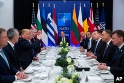 Prezident Donald Tramp NATO anjumani qatnashchilari bilan, 2019-yil, 4-dekabr, Vatford, Britaniya