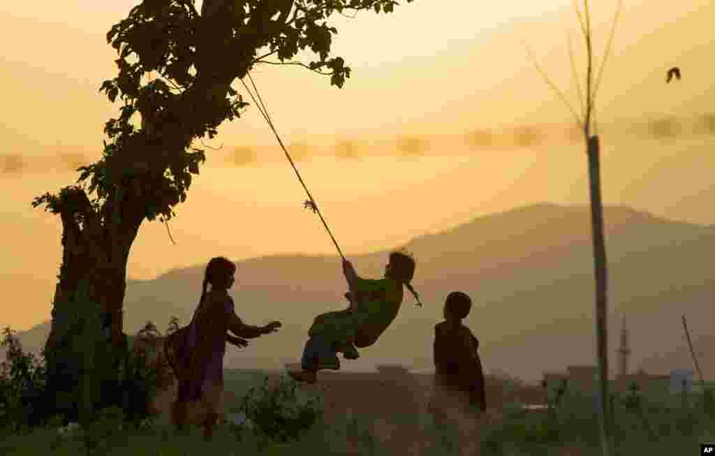 Mali Pakistanci u igri nedaleko od Islamabada.