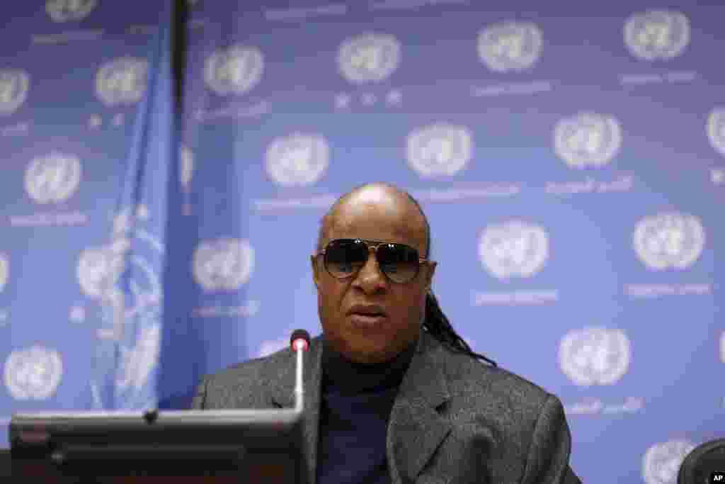 El cantante invidente Stevie Wonder participa durante una reunión sobre el acceso a oportunidades de las personas con discapacidades en el mundo en el marco de la Asamblea General de la ONU.