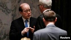 지난해 9월 미국 뉴욕 유엔본부에서 열린 안보리 회의에서 전세계 각국의 핵실험 금지를 촉구하는 결의안을 채택한 가운데, 류제이 유엔주재 중국대사(왼쪽)가 비탈리 추르킨 유엔주재 러시아대사와 회의장에서 심각한 표정으로 대화하고 있다.