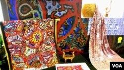 Batik-batik karya perancang Amerika yang dipamerkan pada Pameran Kain Tradisional 'Adiwastra Nusantara' di Jakarta (19/2).
