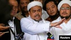 Imam Besar Front Pembela Islam (FPI), Habib Rizieq Shihab berbicara kepada media di Jakarta, 28 Februari 2017 (foto: dok).