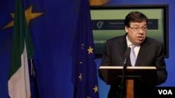 Perdana Menteri Irlandia, Brian Cowen bicara kepada media hari Minggu, setelah negaranya resmi meminta bantuan kepada UE dan IMF.