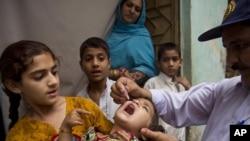 Seorang pekerja kesehatan Pakistan tengah memberikan vaksin polio kepada searing anak di Rawalpindi, Pakistan (Foto: dok).