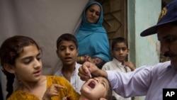 Pokistonda bolalar poliomiyelitga qarshi emlanmoqda, Ravalpindi, 6-may, 2014-yil.