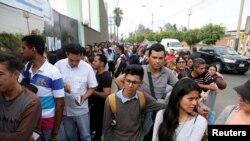 Ciudadanos venezolanos hacen cola para regularizar sus documentos de inmigración en la oficina de Interpol en Lima, Perú, el 10 de mayo de 2018. Fotografía tomada el 10 de mayo de 2018. REUTERS / Guadalupe Pardo