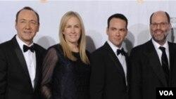 """Los productores de """"La Red Social"""", Kevin Spacey, Cean Chaffin, Dana Brunetti, Scott Rudin y Michael De Luca, felices por los premios."""