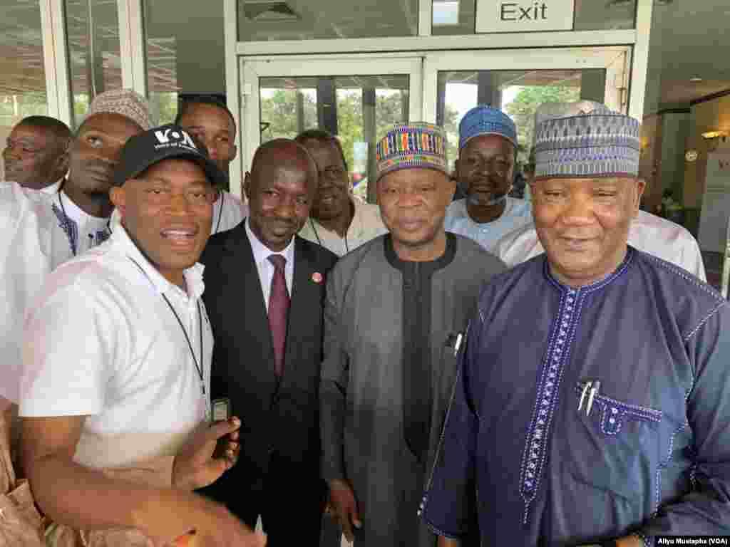 Hotunan taro na musamman da Muryar Amurka ta shirya a Abuja, Aliyu Mustapha (VOA), Ibrahim Dasuki Nakande (Shugaban Unity FM),Ibrahim Magu (Shugaban EFCC) tare da Yusuf Ganiyu Ishola (Ghana)