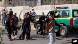 巴格達爆炸事件後傷者被抬出送院
