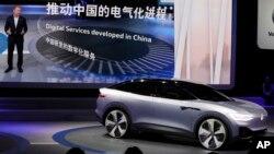Volkswagen présente un concept de crossover-coupé à la fois électrique et autonome au salon automobile de Shanghai en Chine, le mercredi 19 avril 2017.