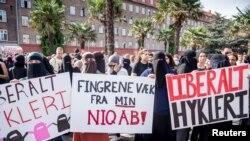 Cuộc biểu tình trong ngày đầu tiên thi hành luật cấm phụ nữ đeo mạng che mặt ở nơi công cộng tại Copenhagen, Đan Mạch, ngày 1 tháng 8, 2018