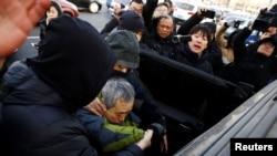 一名聲援者喊出支持王全璋的口號後被便衣警察帶走(路透社2018年12月26日)