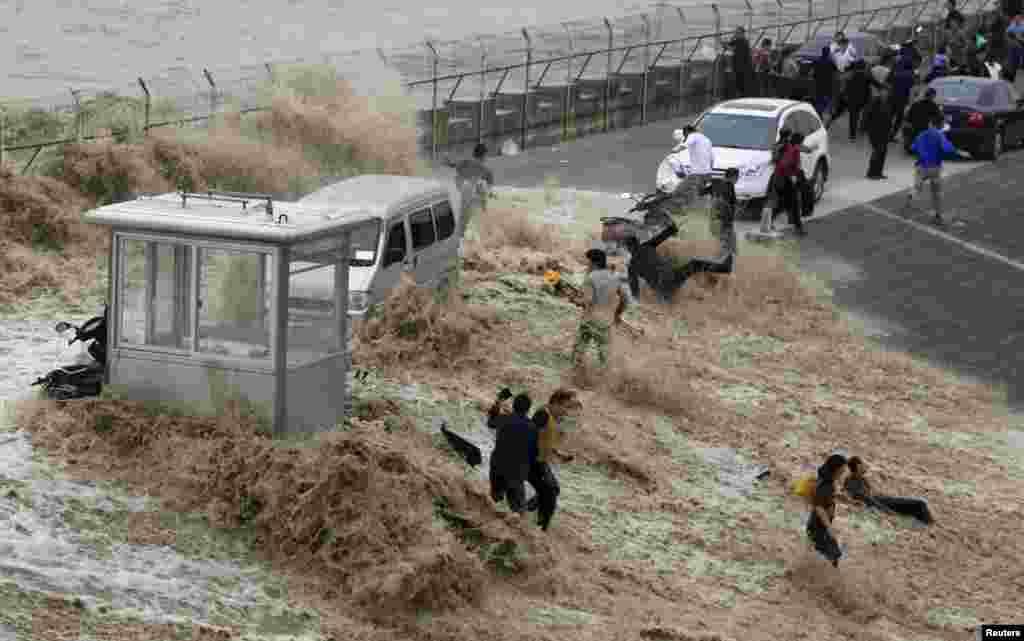 چین میں ایک اونچی لہر دریا کے کنارے سے ٹکرا گئی جس کے باعث کافی لوگ متاثر ہوئے۔