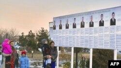 Áp phích hình các ứng cử viên tổng thống Turkmenistan tại Ashgabat, ngày 7/2/2012