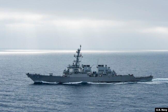 """美軍希金斯號驅逐艦2017年8月在太平洋上執行任務(美國海軍圖片)。 路透社援引來自美軍官員的消息獨家報導說,美軍""""希金斯""""號導彈驅逐艦和""""安提坦""""號導彈巡洋艦當天駛入西沙群島多個有爭議的島嶼12海里以內,並在中建島、永興島附近進行了機動訓練。"""