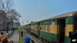 Kereta Samjhauta Express tiba di Attari, India, Senin, 4 Maret 2019.