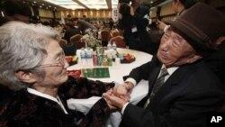 Ông Kim Bock-rack từ Hàn Quốc gặp lại em gái Kim Jeon Soon ở Bắc Triều Tiên tại khu du lịch Núi Kim Cương, ngày 20/10/2015. Chiến tranh Triều Tiên đã làm hàng triệu người phải rời bỏ nhà cửa và nhiều gia đình bị ly tán.