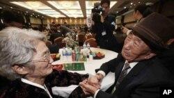 2015年10月20日韩国人(右)与居住朝鲜的离散家人在金刚山度假胜地会面。