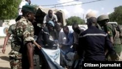 Des blessés sont transportes par les soldats après une attaque de Boko Haram, au Cameroun, le 22 septembre 2016.