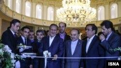علی اصغر امیری، سرمایهگذار(نفر دوم از سمت راست) در کنار مسعود سلطانیفر و اسحاق جهانگیری در مراسم افتتاح