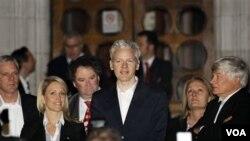 Pendiri WikiLeaks Julian Assange (tengah) dan situs WikiLeaks dinyatakan tidak melanggar yurisdiksi hukum Australia.