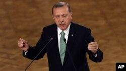 Presiden Turki Recep Tayyip Erdogan memberikan penjelasan kepada para anggota parlemen dari partai berkuasa di Ankara, Jumat (22/7).