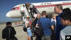 지난해 6월 평양 국제공항에서 승객들이 고려항공 여객기에 탑승하고 있다. (자료사진)