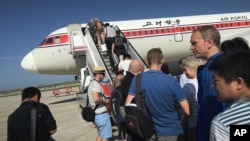 지난해 6월 북한을 방문한 외국인들이 평양 국제공항에서 고려항공 여객기에 탑승하고 있다. (자료사진)