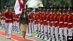 Frayim ministan kasar Thailand Yingluck Shinawatra ta na duba paretin sojoji
