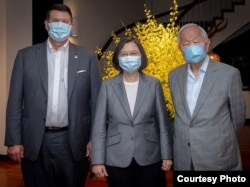 台湾总统蔡英文在台北会见美国副国务卿克拉奇(左)率领的代表团。(照片来源:台湾总统府)