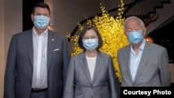 台灣總統蔡英文在台北會見並宴請美國國務次卿克拉奇(左)率領的代表團。 (照片來源:台灣總統府)