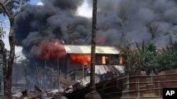 지난 6월 버마 서부 라카인 주에서 종교 갈등으로 일어 난 충돌로 불에 타는 가옥. (자료사진)
