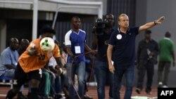 Le sélectionneur Gernot Rohr donnant des instructions à ses joueurs lors du match Nigeria - Zambie pendant les éliminatoires du Mondial 2018, Uyo le 7 Octobre 2017 AFP PHOTO