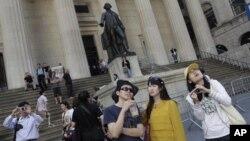 Một nhóm du khách Trung Quốc đi thăm New York