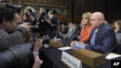 Mantan anggota Kongres Gabrielle Giffords (baju merah) dan suaminya hadir pada sidang dengar pendapat di Senat AS (30/1).