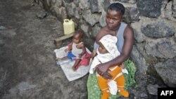 Một phụ nữ Congo phải nuôi hai con nhỏ sau khi bị chồng từ bỏ vì bà đã bị cưỡng hiếp ở Goma. UNICEF ước tính mỗi tháng có hơn 1.000 phụ nữ bị cưỡng hiếp ở Congo.