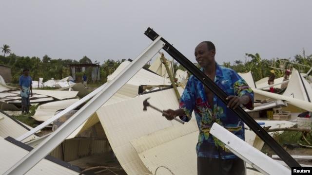 Yon mesye ak mato nan men li nan yon kan deplase nan vil Pòtoprens, Ayiti, (fevriye 2012, Ayiti foto achiv