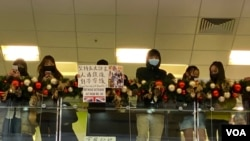 """香港網民發起12-7淘大商場""""和你唱""""活動,堅持反送中運動五大訴求、缺一不可,並呼籲市民參與12-8民陣國際人權日港島大遊行。(美國之音 湯惠芸拍攝)"""