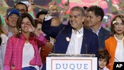 Ivan Duque, candidat du Parti du centre démocratique, célèbre sa victoire lors du second tour des élections présidentielles à Bogota, en Colombie, dimanche 17 juin 2018. Duque a battu Gustavo Petro, ancien rebelle gauchiste et ancien maire de Bogota. (AP Photo / Fernando Vergara)