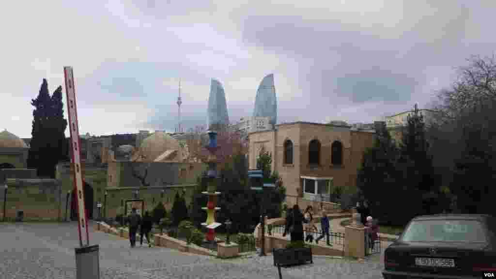 سازههای مدرن باکو بر فراز بافت سنتی شهر عکس: حسین (ارسالی شما)