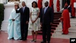 27일 세네갈 다카르의 대통령 궁에 도착한 바락 오바마 미국 대통령과 마키 살 세네갈 대통령 내외가 환영 행사에 참석했다.